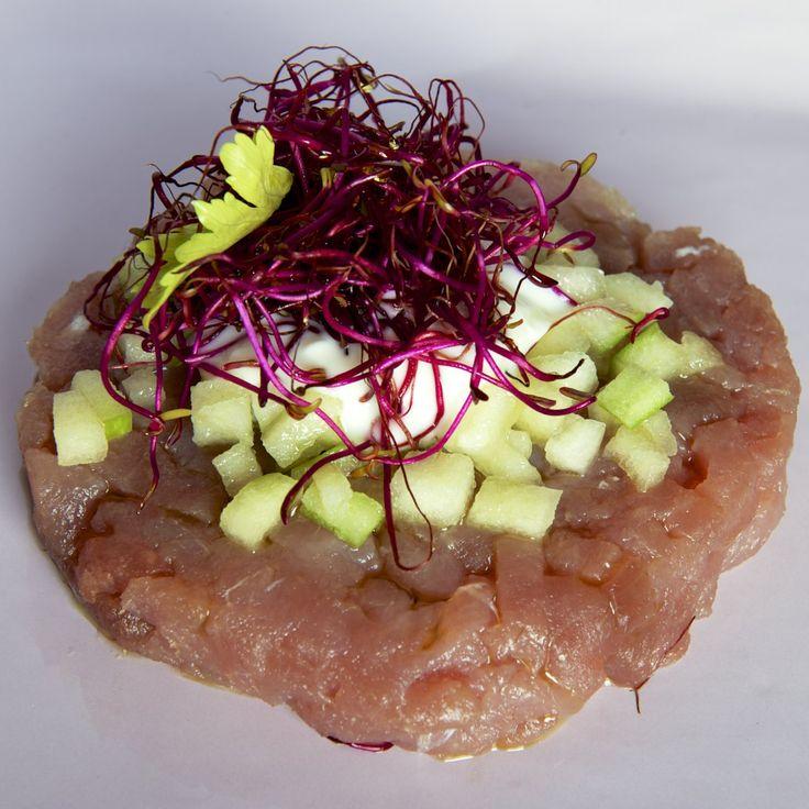 Tartare di tonno con mela verde, sedano, germogli di barbabietola