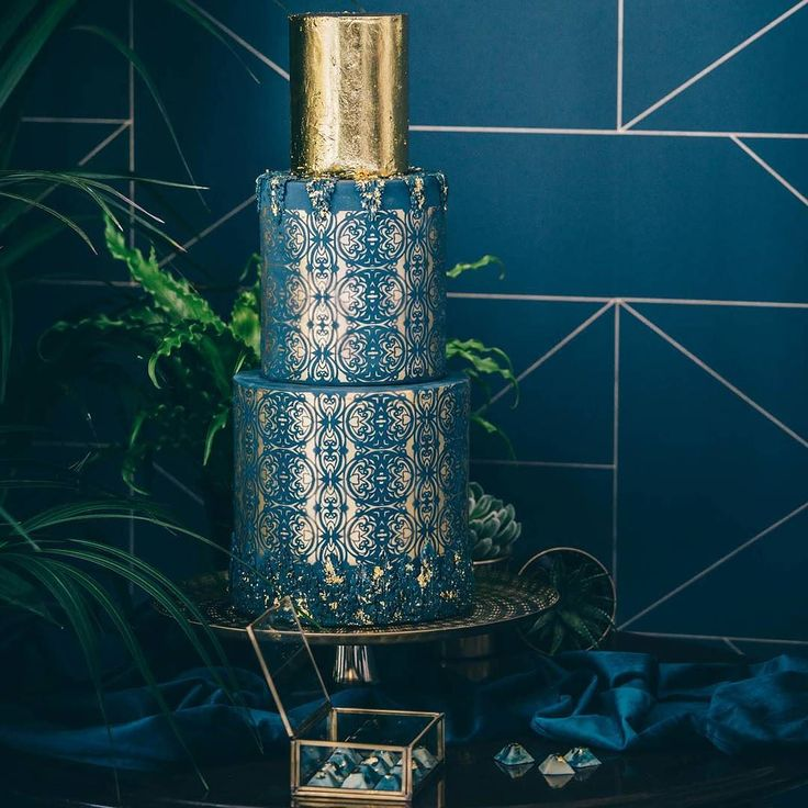 Just loved working on styling this cake table with the amazing @edibleessence in September. I'm looking forward to working with Jen again on Wednesday for a very different look I've designed for a styled shoot @launcells_barton ... definitely check out my insta stories on Wednesday for behind the scenes on a very modern scandi take on a barn wedding!  Photo credit Maxi Photography