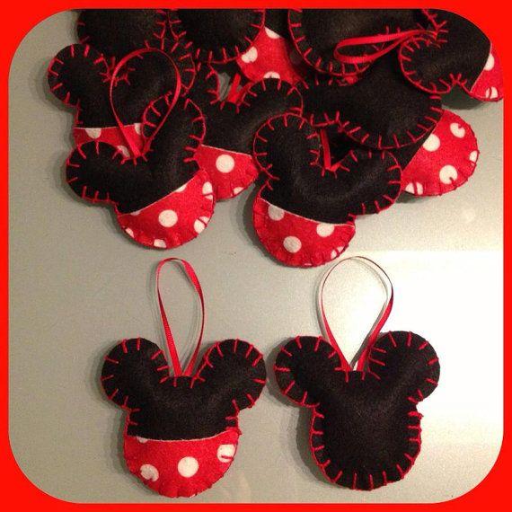 Hacer adornos de mickey mouse para la clase.
