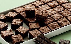 Brownies Dejlig klassisk chokoladebrownie med valnødder. Perfekt til en velbrygget kop kaffe!