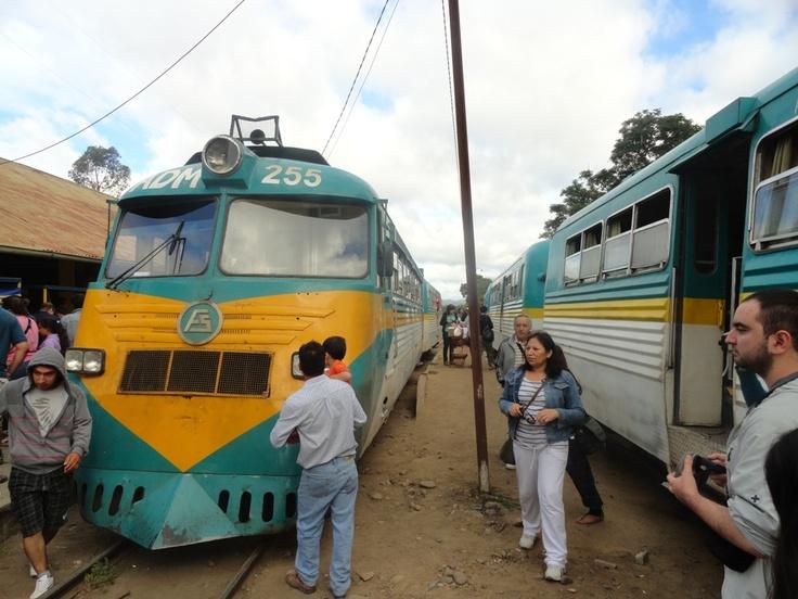 Llegó el otro tren, las señoras se hacen la américa vendiendo huevos duros, dulces, tortillas y pan amasado con queso.