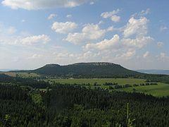Widok na masyw z Fortu Karola (Szczeliniec Mały i Szczeliniec Wielki)
