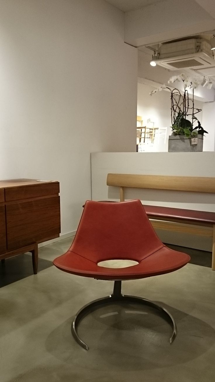 Scimitar Chair looks perfectly at home among other timeless classics at Dansk Scandinavian Lifestyle store in Seoul. www.dansk.co.kr