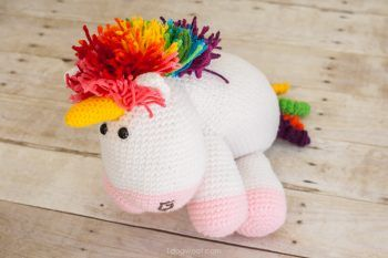 Who wouldn't want this adorable and colorful crochet unicorn? Free pattern too!   www.1dogwoof.com