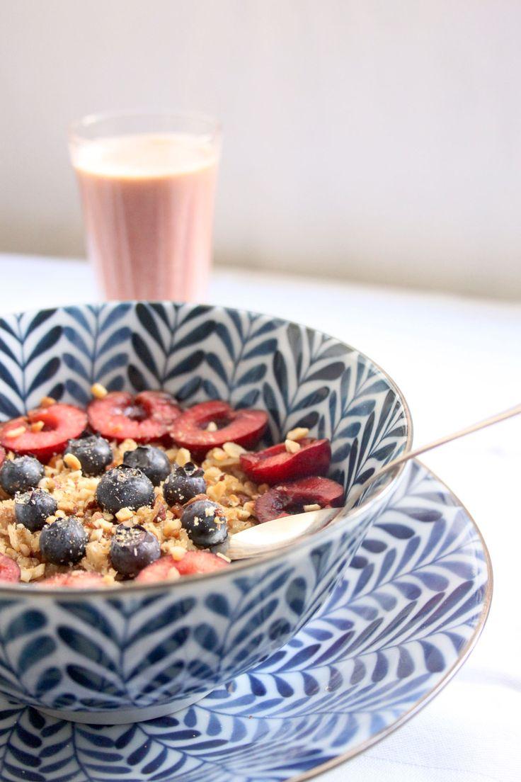 Colazione perfetta: porridge di avena con latte di mandorle e frutti rossi. Recipe here: http://dilycious.com/ricette/porridge-di-avena-con-frutti-rossi/