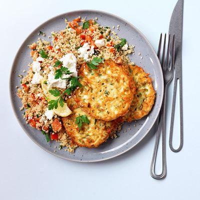 Zin in vegetarisch, maar geen inspiratie? Maak dan deze supersimpele couscous met zelfgemaakte courgette koekjes. Origineel en gezond.