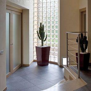 Bloques de vidrio/ladrillos de vidrio.- Pueden ser utilizados como simples detalles decorativos alrededor de la puerta o, incluso, para crear paredes .