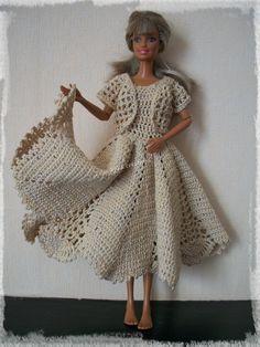 Robe longue et boléro pour Miss Barbie Bonjour et bienvenue, Comme je le disais hier, je me suis un peu fâchée avec un napperon récalcitrant ( il ne voulait pas se mettre bien à plat après repassage !!!) Donc plutôt que de rester sur une défaite, j'ai...