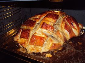 Receta de pata de cerdo asada, ideal en celebraciones ya que cunde mucho y se puede tomar caliente o fría.
