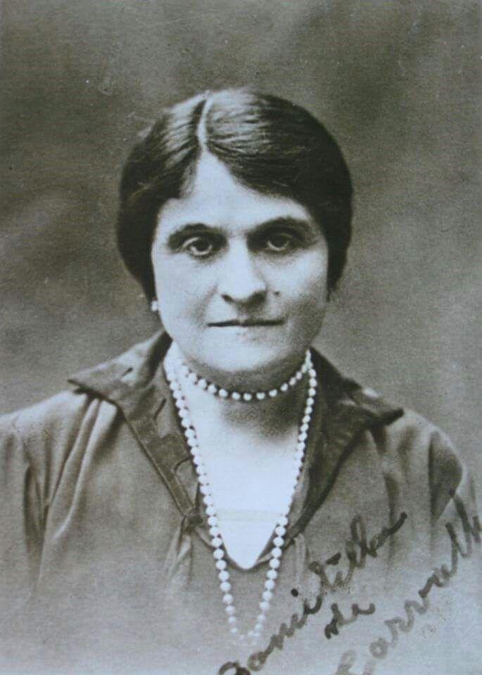 .. Domitila Hormizinda Miranda de Carvalho foi a primeira mulher a formar-se na Universidade de Coimbra. Formou-se sucessivamente em Matemática (1894), Filosofia (1895) e Medicina (1904). A sua primeira matrícula é de 1891