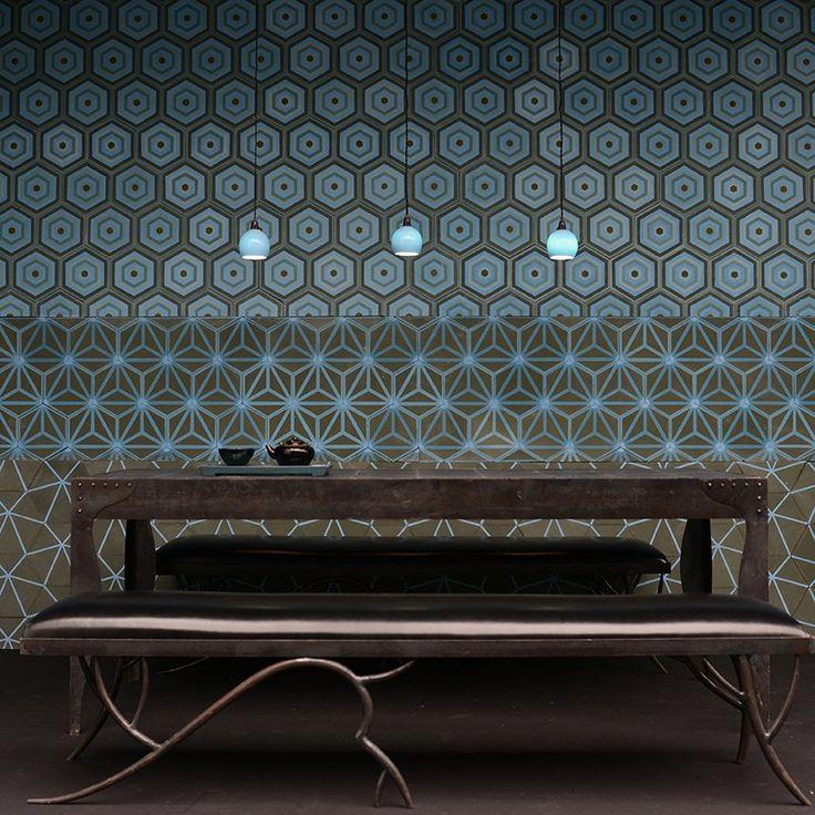 Dernières tendances - Marie Claire Maison. 3 sortes de carreaux de ciment à la forme hexagonale recouvrent le mur de cette salle à manger. De fabrication artisanale, aux couleurs turquoises rehaussées de brun ils se déclinent dans des camaïeux de bleu et des motifs graphiques. Ces motifs, imaginés par Agnès Emery, sont réalisés sur commande dans différents formats et parmi 48 couleurs au choix. Emery et cie