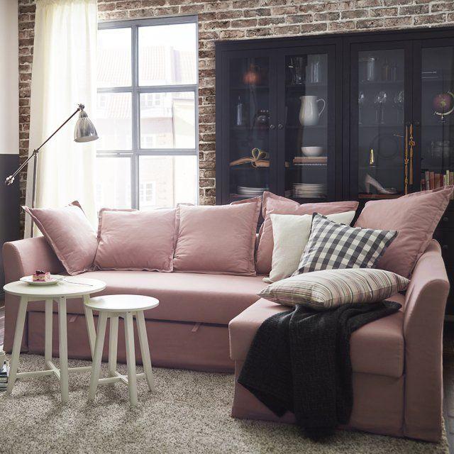 Un canapé d'angle pastel, IKEA. Le pastel ne se distille pas seulement au sein d'une pièce, il peut prendre tout son sens dans celle-ci par la présence d'un simple et grand meuble tel ce canapé d'angle convertible revisité en rose poudré. Il vient apporter un peu de douceur au salon et s'unit idéalement à des tables basses blanches et une bibliothèque noire.