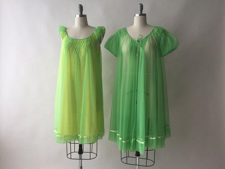 ERA: 1960s  LABEL: filmster  KLEUR: Lime groen, geel  MATERIAAL: Nylon  VOORWAARDE: uitstekend  MATEN: ** Beide gelabeld maat Medium ** NACHTHEMD Buste... 40 Heupen... openen Lengte... 36.5  PEIGNOIR Schouders... openen Buste... 46 Lengte... 37  Kwalitatief hoogwaardige instellen door een favoriete label in vintage lingerie en nachtkleding. Pure lime groen chiffon over een zijdeachtige gele onder laag. Zeer textuur smocking en pastel geel satijn lint versieren beide stukken. Een paar…