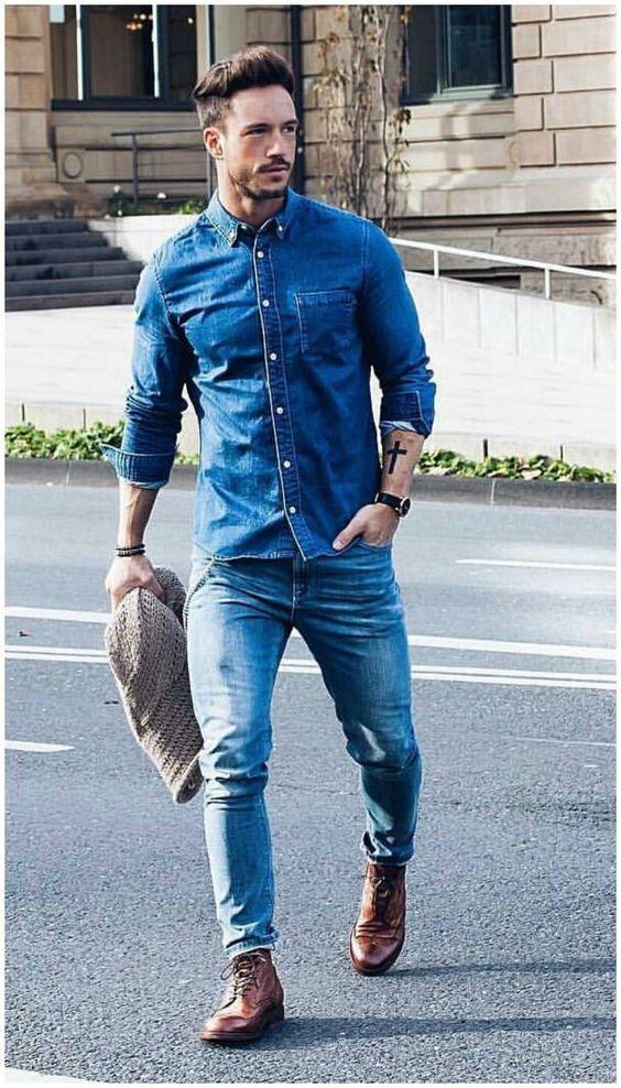 Èl está lleveando pantalones vaqueros y camisa Azul y reloj de pulsera.