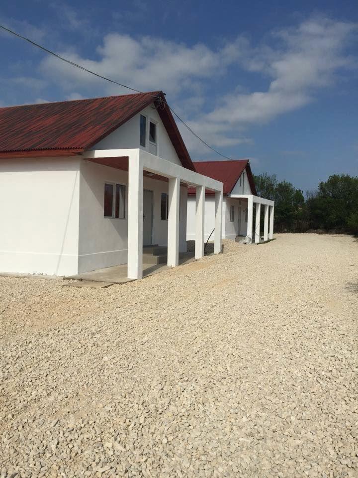 Localitatea Corbu, judetul Constanta, vanzare trei case, constructii noi 2015, mobilate si utilate complet. Avem o casa cu doua dormitoare, living, baie, bucatarie, inca o casa cu trei dormi...