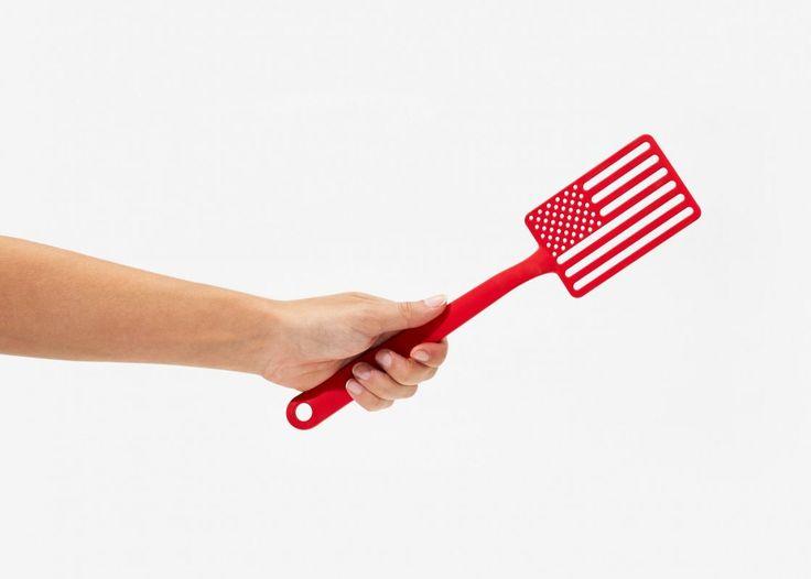 """Spatule de Cuisine drapeau américain, Areaware® - produit américain. Bien grillé de chaque coté ! Une Spatule de cuisine """"All-American"""" (pour les puristes), créée par Jacob Riley-Wasserman designer du New Jersey à Rhode Island et fabriquée à Chicago, Illinois - USA"""