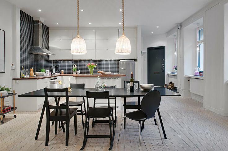 http://magazincasa.com/apartament-de-3-camere-amenajat-alb-negru-si-gri/