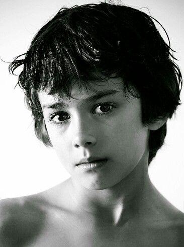 Modelo de niño asiático joven