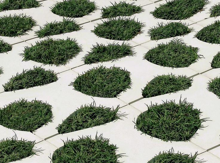 Indicadas para o jardim ou a garagem, as peças da linha Ellos compõem formas orgânicas. Seu design lúdico e permeável prevê que sejam posicionadas lado a lado e, depois, tenham os vãos entre elas preenchidos com pedriscos, seixos, areia ou grama.