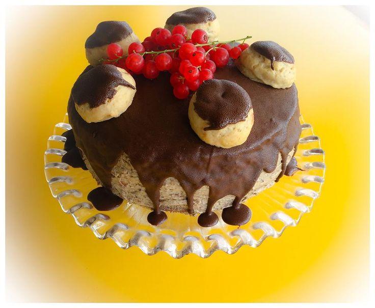Torta al cioccolato, crema e marsala, con bignè ripieni di chantilly al pistacchio di Bronte..