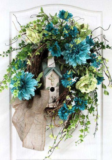 CASA DE PASSARINHO Reproduza esse enfeite usando um arco com estrutura forte para equilibrar a casa de passarinho. Depois, acomode flores ao redor.
