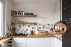 Jasna kuchnia z drewnianym blatem w mieszkaniu w bloku - Lovingit.pl