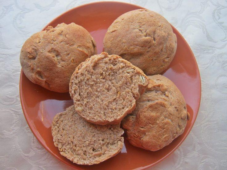 Suche składniki; 650 g mąki pszennej 200 g mąki pełnoziarnistej pszennej 14 g suszonych drożdży 50 g pestek dyni 50 g pestek siemienia lnianego ( użyłam złocistego ) 2 kopiaste łyżeczki soli 2 płas…