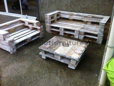 Ensemble de meubles de palette avec des canapés et une table basse