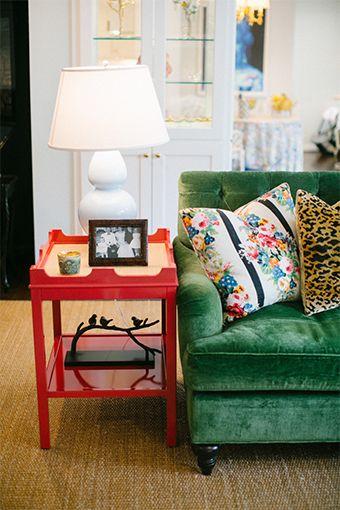Um sofá verde na sala de estar e dois papéis de parede para fazer suspirar - Casinha Arrumada