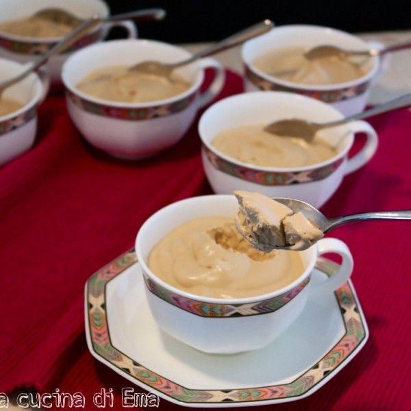 La coppa del nonno è uno dei gelati più buoni al gusto di caffè che si trovano in commercio e quello fatto in casa senza gelatiera è di grande soddisfazione. Davvero semplice da preparare ed anche veloce, stupirete i vostri ospiti economizzando. Ingredienti: 400 gr panna fresca 1 cucchiaino di...