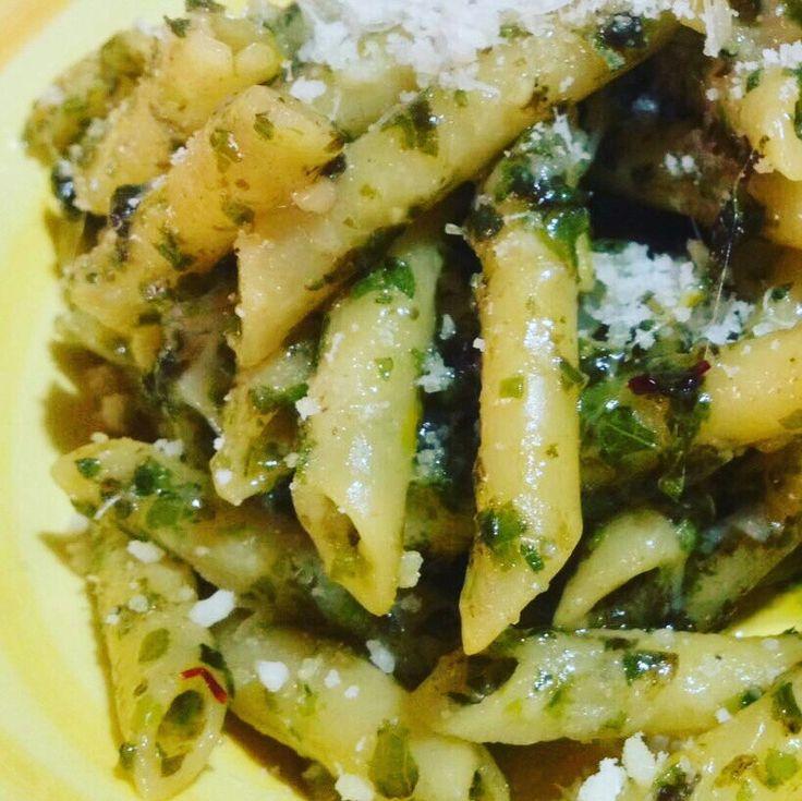 Buon pranzo noi vi proponiamo penne con pesto di basilico riccio basilico cannella e zafferano 😀