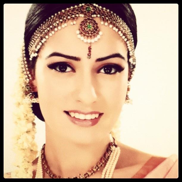 #tamil #bride look #model #turkish #London #garland #flowers #jewellery #southindianbride #saree #sari