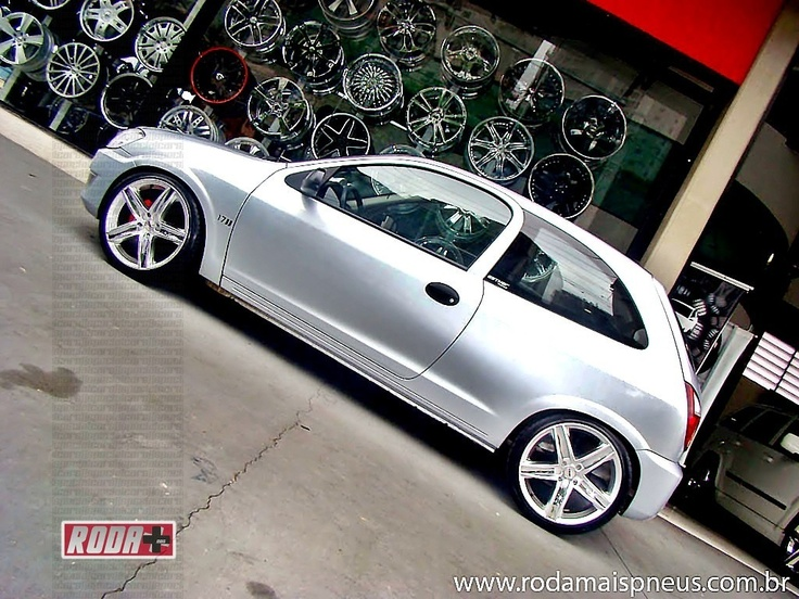 Chevrolet Celta rebaixado com rodas 17"