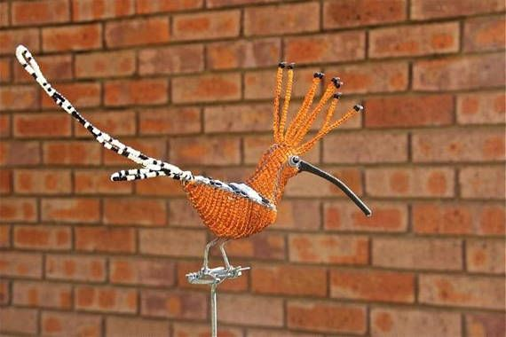 An small Hoopoe on a 35 wire stand that can be stuck into the ground. Can be ordered without the stand. Makes it look like the bird is perched on top of a branch. https://en.wikipedia.org/wiki/Hoopoe Size: about. 6.5 long x 2.75 wide x 9.5 high on a 35 wire (17 x 7 x 24 cm on a 90 cm wire)