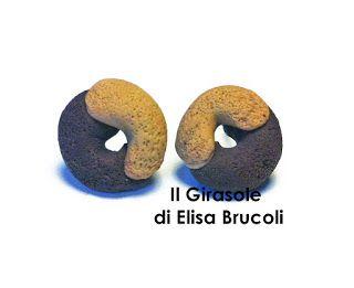 Orecchini realizzati a mano senza stampo con due dolci biscotti che uniscono la panna e il cioccolato. Gli orecchini misurano circa 1 cm, so...