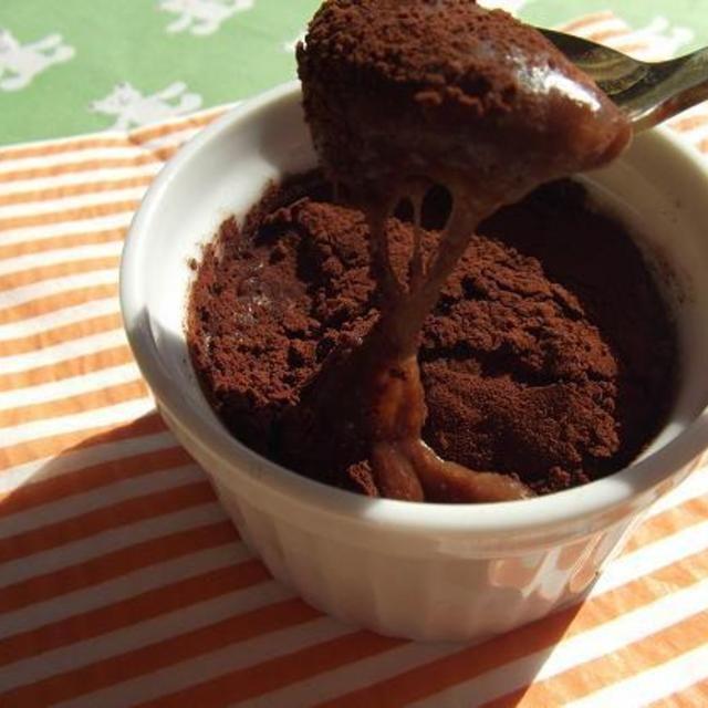 3分で完成★フォンダン・ショコラ餅      ★材料(4人分) 餅 2個 板チョコ 50g(板チョコ2/3) 板チョコ 1かけ 湯 60cc ココアパウダー 適宜 ★作り方(5分未満) 1. シリコンスチーマーに4等分したお餅&湯を入れて2分チン。 2. 溶かす用のチョコを1に入れてよく混ぜます。 3. 2をカップに半分入れて、チョコ1かけの1/4を置いて、また2を入れます。 4. 上にココアパウダーを振ったら出来上がり。 5. 食べる時に1個20秒チンして頂きます。 ★ワンポイントアドバイス  ココアパウダーは無くてもOKです。 リッチな味にしたかったり、カロリー気にしない人は、お湯の一部を生クリームにしてみてね。