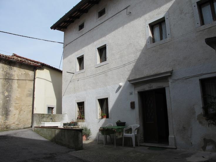 Il cortile di propriet con accesso macchina for Casa con cortile centrale