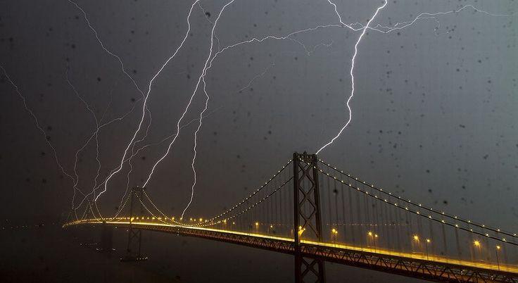 foudre éclairs orage sur les monuments célèbres, Bay Bridge San Francisco