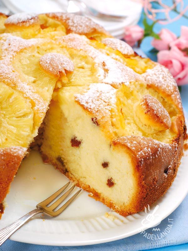 Cake with pineapple and raisins - La Torta con ananas e uvetta ha tutto il sapore dei soffici e genuini dolci di una volta. Con in più il gusto fresco dell'ananas! #tortadiananas
