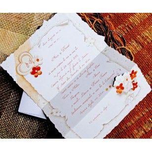 Invitatii de nunta simple confectionate dintr-un carton lucios de culoare alba cu imprimeu floral. Invitatia se pliaza in trei avand in partea de sus initialele celor doi miri intr-o inimioara.