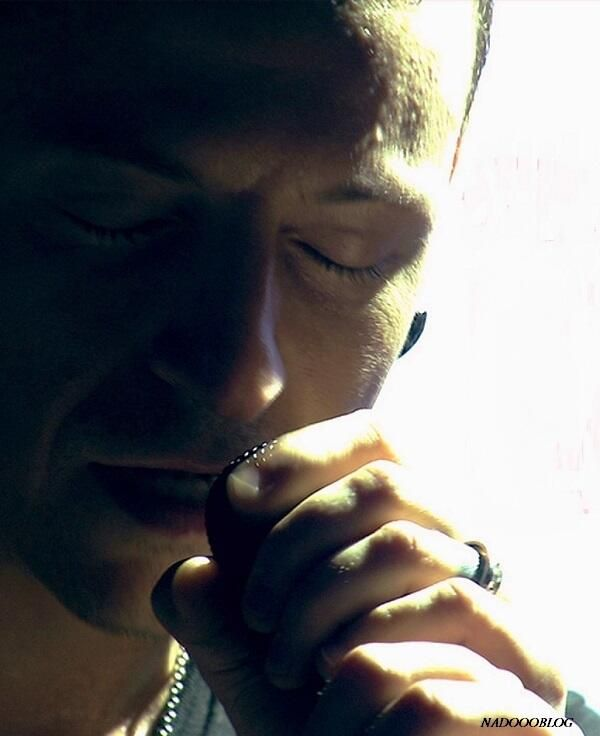 Chester Bennington singing with his eyes closed is f*****g hot!