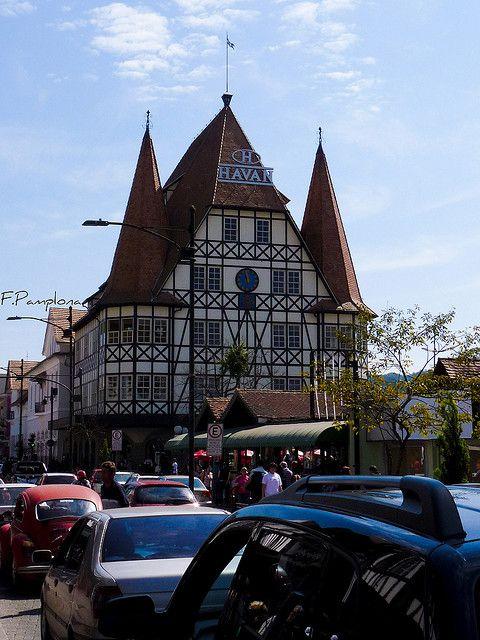 O Castelinho, em Blumenau, estado de Santa Catarina, Brasil. Foi construído em 1978 para a loja Moellmann, e é uma réplica de Mechelstad City Hall, na Alemanha. Em estilo Tudor, utilizando a técnica enxaimel.  Fotografia: Fillipi Pamplona no Flickr.