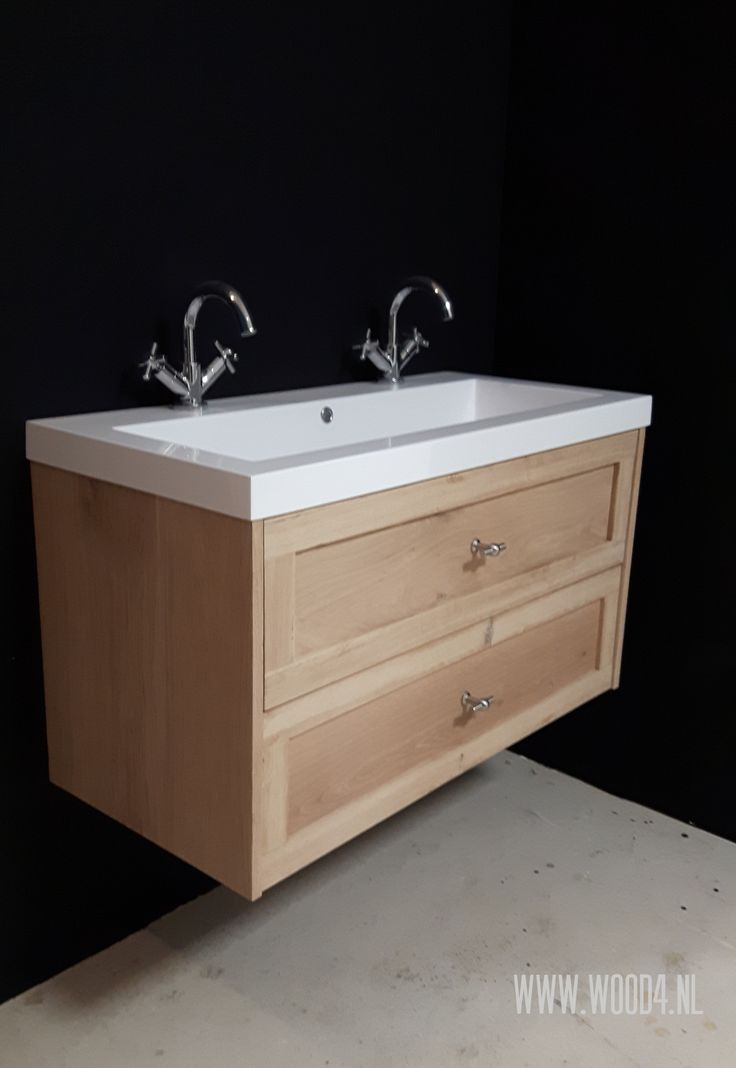 Badkamermeubel 'Classico' is er nu ook in een massief eiken wanduitvoering. En uiteraard is ook dit meubel te combineren met verschillen wastafel opties en verkrijgbaar in verschillende kleuren.  Zo zijn onze badkamermeubels een aanwinst voor iedere badkamer.  by WOOD4  Bathroom, badezimmer, landelijk, klassiek, modern