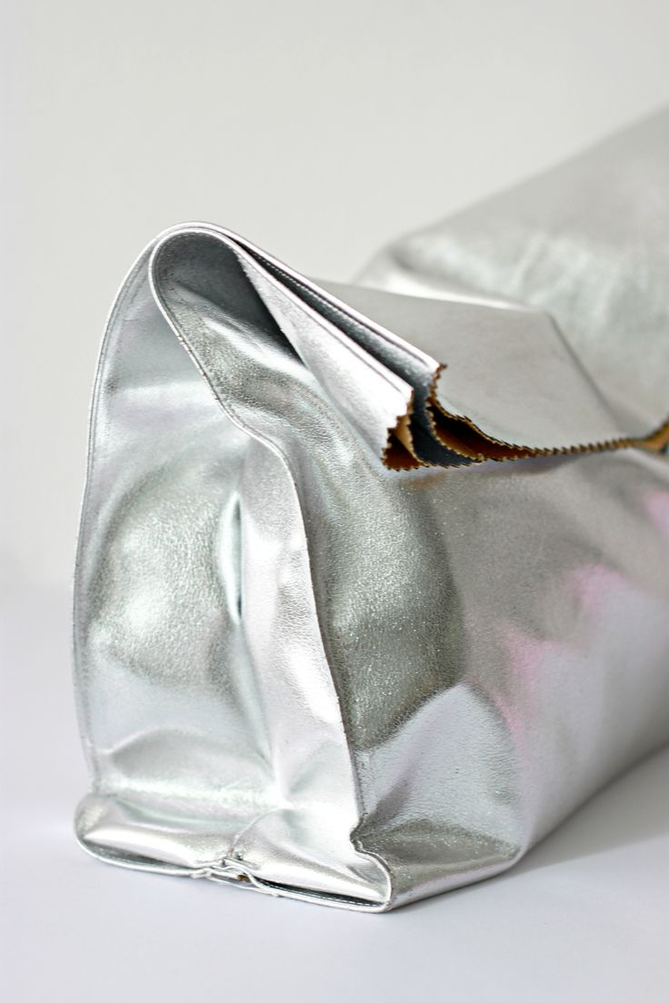 I want to make this bag so much ! It's just like a folded paper bag but in leather and with glitters ! So gorgeous ♡