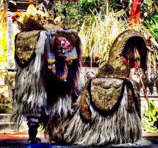 Pulau Dewata menyimpan segudang keunikan seni, budaya dan tradisi yang masih dipegang teguh hingga saat ini. Tidak hanya untuk mempertahankan akar budaya, namun juga sebagai penghibur para pelancong yang berwisata ke Pulau Bali. Banyak atraksi seni termasuk tari-tarian yang memiliki maksud dan filosofi positif dibalik dinamisme geraknya. Salah satu diantaranya adalah Tari Barong. Tarian yang berasal dari khazanah kebudayaan Pra-Hindu ini menggambarkan pertarungan antara kebajikan dan…