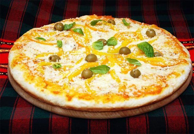 Вегетарианская пицца сырная Солнечная и желтая вегетарианская пицца – одни только своим видом способна поднять настроение. А вкусовые сочетания желтых помидоров и перца с моцареллой и базиликом не о.....