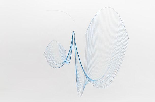 У мобиля CATENA, придуманного Юми Накамото, нет никакого утилитарного назначения, это просто красивая вещь, наглядно демонстрирующая работу силы природы. Подвесная конструкция из рояльных струн, выгибающихся под действием силы притяжения, и цветная вискозная нить, которая колышется от едва заметного дуновения ветра – CATENA создана для созерцания