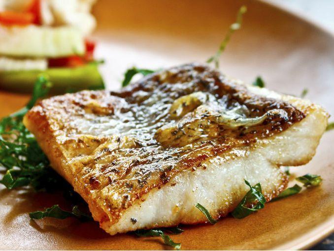 Una deliciosa receta de pescado al horno con verduras, la combinación perfecta para un platillo completo, pruébalo con tus invitados, les encantará. Ingredientes