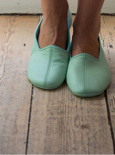 Deze elegante leren slofjes zijn van zeer soepel en zacht leer gemaakt en gevoerd met katoenen flanel. Ze voelen zo zacht, dat het net sokken lijken.