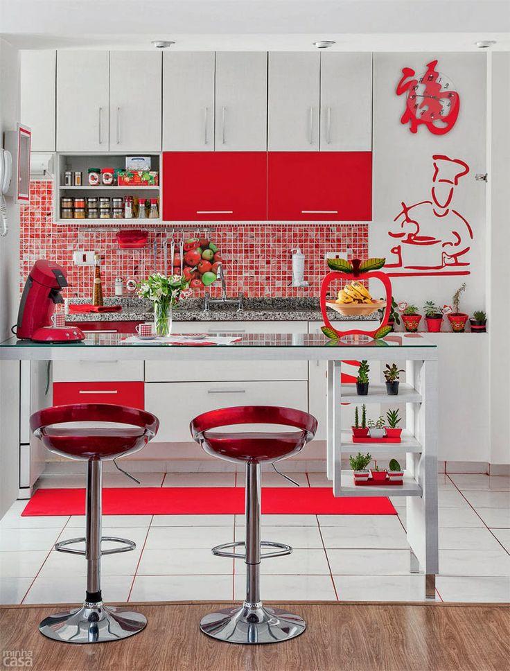 une cuisine en rouge et blanc
